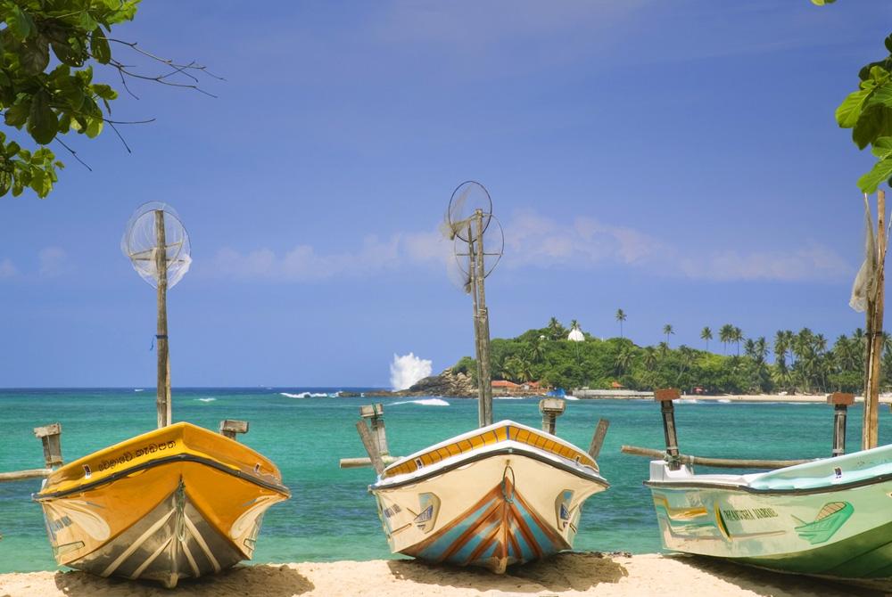 Kelionė į Šri Lanką (egzotinės kelionės) Fishing Boats on Sri Lanka Beach